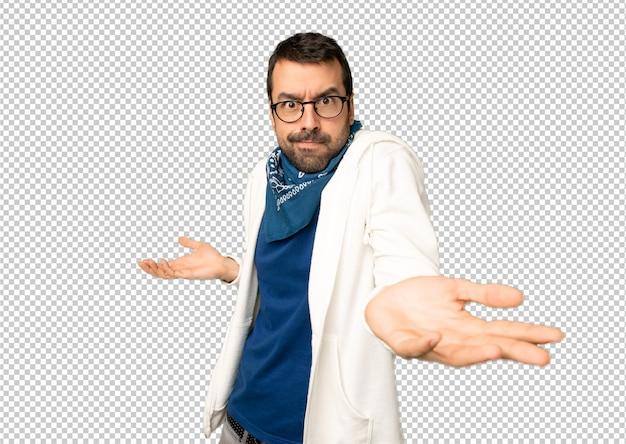 Gut aussehender mann mit brille unglücklich und mit etwas frustriert, weil etwas nicht verstanden wird Premium PSD