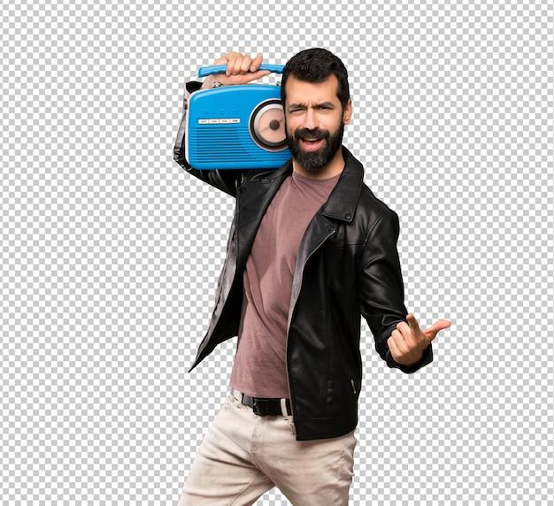 Gut aussehender mann mit dem bart, der einen radio hält Premium PSD