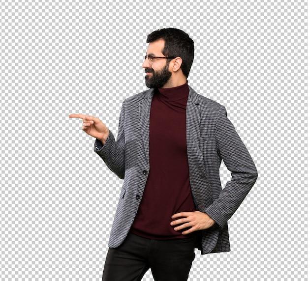 Gut aussehender mann mit gläsern finger auf die seite zeigend Premium PSD