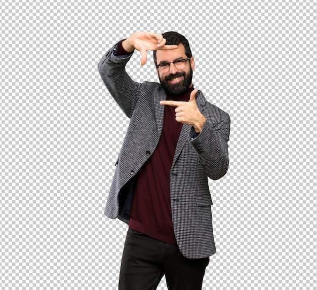 Gut aussehender mann mit gläsern gesicht fokussierend. rahmensymbol Premium PSD