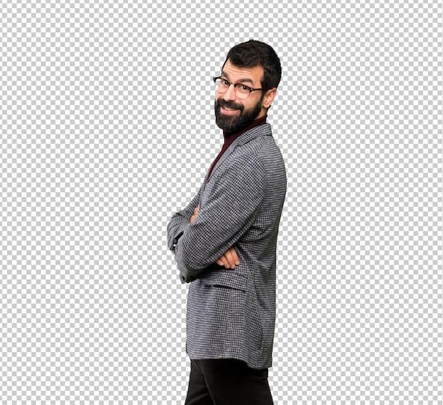 Gut aussehender mann mit gläsern mit den armen gekreuzt und vorwärts schauend Premium PSD