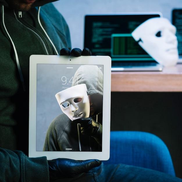 Hacker mit tablet-modell Kostenlosen PSD