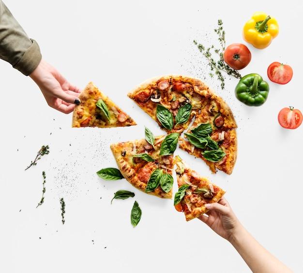 Hände, die scheiben der pizza der italienischen küche nehmen Premium PSD