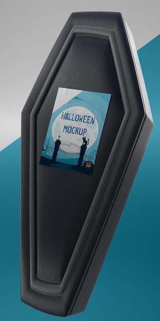 Halloween-kartenmodell auf schwarzem sarg Kostenlosen PSD