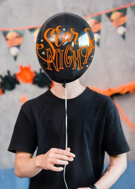 Halloween-modell mit dem mann, der ballon hält Kostenlosen PSD