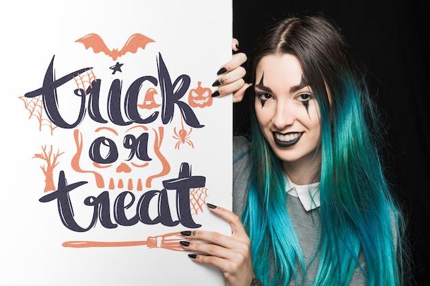 Halloween-modell mit schriftzug auf big board und frau Kostenlosen PSD