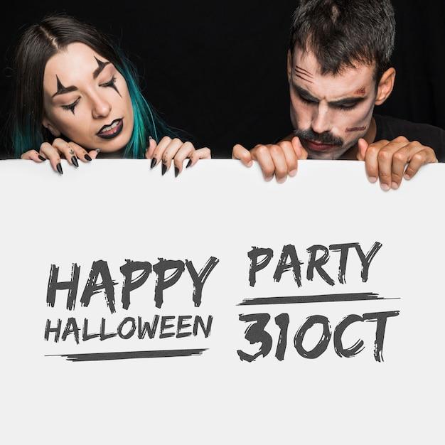 Halloween-modell mit schriftzug auf big board und paar Kostenlosen PSD