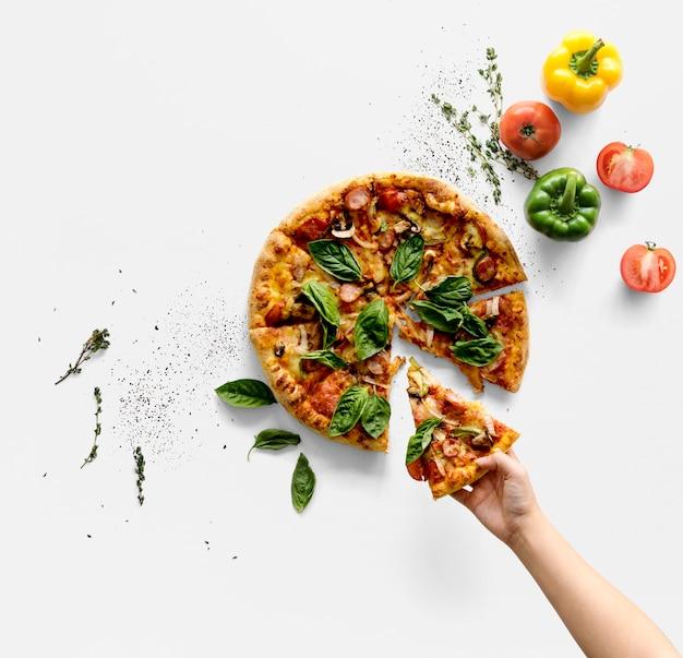 Hand, die eine scheibe der italienischen küchepizza nimmt Premium PSD