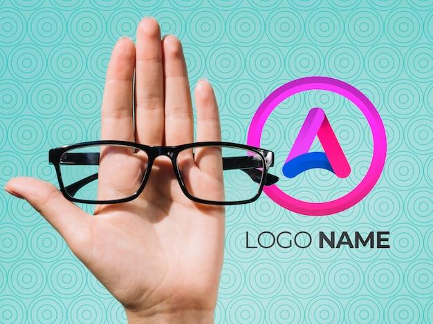 Hand, die gläser und logonamendesign hält Kostenlosen PSD