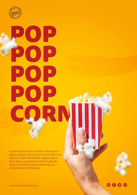Hand, die popcorntaschenschablone hält Kostenlosen PSD