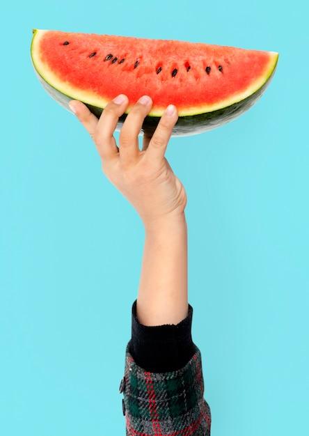 Hand, die wassermelone hält Kostenlosen PSD