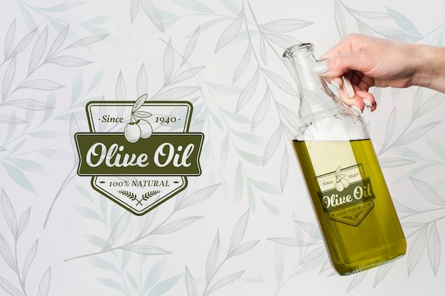 Hand hält olivenöl Kostenlosen PSD