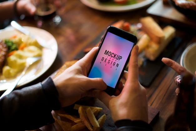 Hands hold mobile show geschenk Kostenlosen PSD