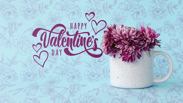 Happy valentinstag schriftzug neben tasse mit blumen Kostenlosen PSD