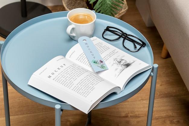 High angle open book modell auf couchtisch mit lesezeichen Kostenlosen PSD