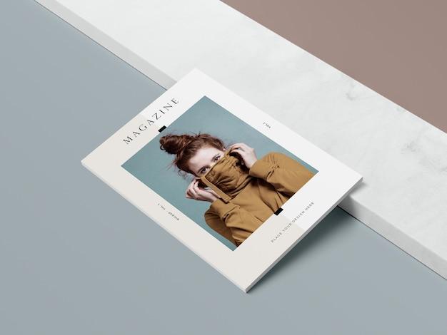 High view cover mit modell eines redaktionsmagazins für frauen und schatten Kostenlosen PSD