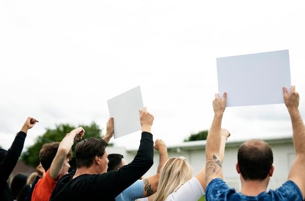 Hintere ansicht von den aktivisten, die papiere beim protest zeigen Premium PSD