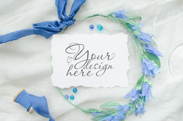 Hochzeitsebene legen modell mit papierkarte und blauem band und kranz Premium PSD