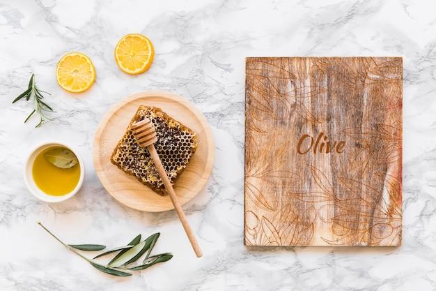 Hölzernes modell mit olivenölkonzept Kostenlosen PSD