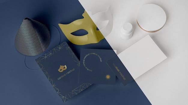 Hoher winkel der simplen karnevalseinladung mit maske und kegel Kostenlosen PSD