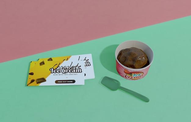 Hoher winkel des köstlichen schokoladeneises im behälter mit plastiklöffel Kostenlosen PSD
