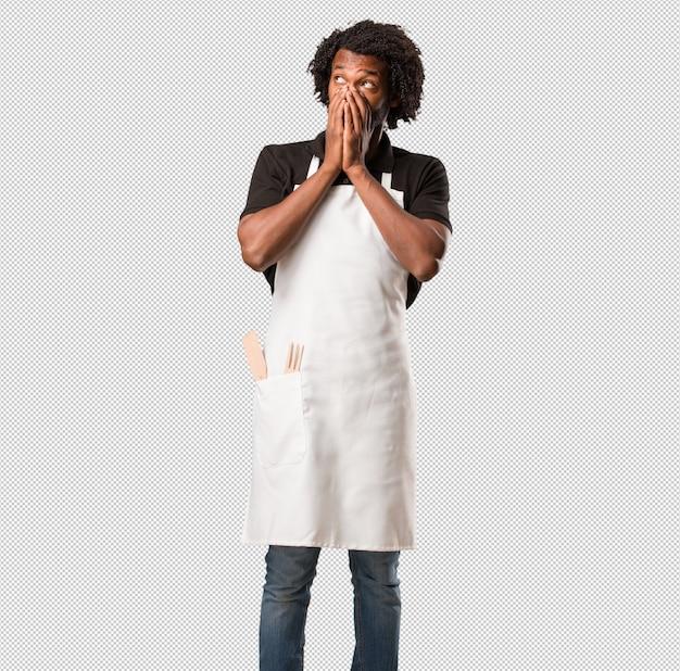 Hübscher afroamerikanerbäcker sehr erschrocken und ängstlich, hoffnungslos nach etwas, leidensschreie und offene augen, konzept des wahnsinns Premium PSD