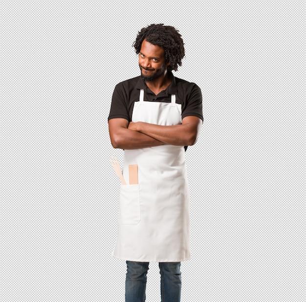 Hübscher afroamerikanerbäcker sehr verärgert und verärgert, sehr angespannt, schreiend wütend, negativ und verrückt Premium PSD