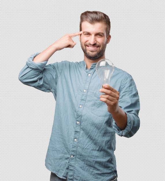 Hübscher junger mann mit glühlampe Premium PSD