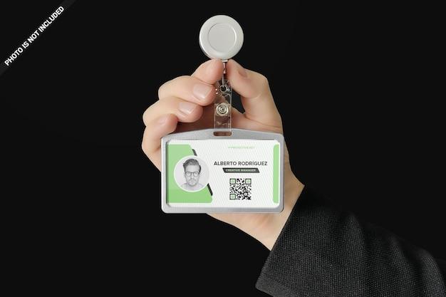 Id-kartenhalter in einem mannhand-modellentwurf lokalisiert Premium PSD