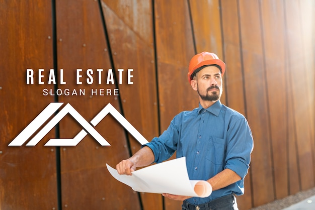 Immobilienmakler, der weg schaut und pläne hält Kostenlosen PSD
