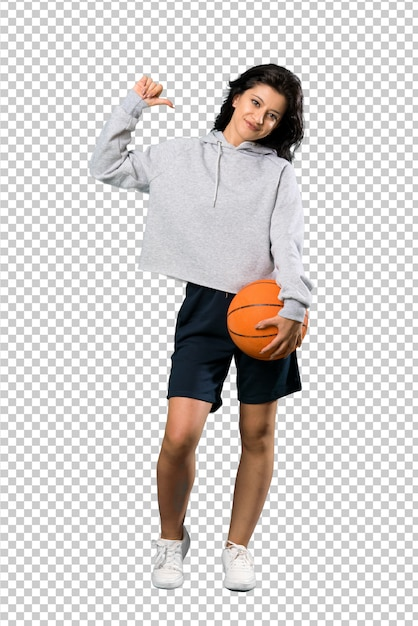 Junge frau, die den basketball stolz und selbstzufrieden spielt Premium PSD