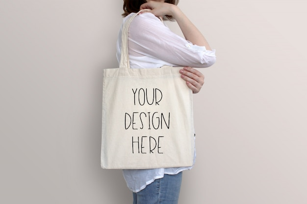 Junge frau hält einkaufstasche, modell Premium PSD
