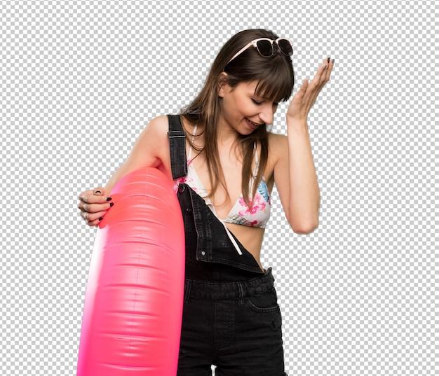 Junge frau im bikini hat etwas realisiert und die lösung beabsichtigt Premium PSD