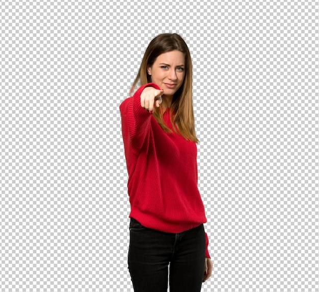 Junge frau mit roter strickjacke zeigt finger auf sie mit einem überzeugten ausdruck Premium PSD
