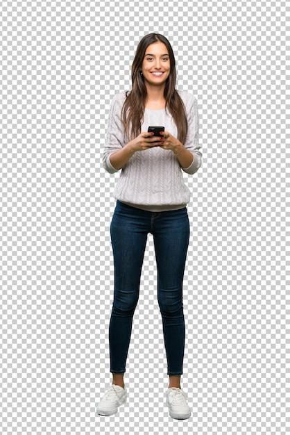 Junge hispanische brunettefrau, die eine mitteilung mit dem mobile sendet Premium PSD