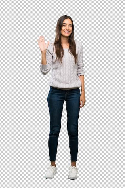 Junge hispanische brunettefrau, die mit der hand mit glücklichem ausdruck begrüßt Premium PSD