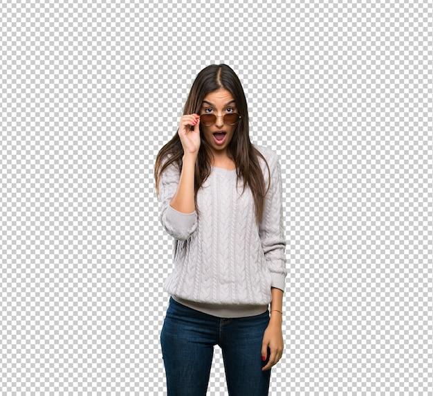 Junge hispanische brunettefrau mit gläsern und überrascht Premium PSD
