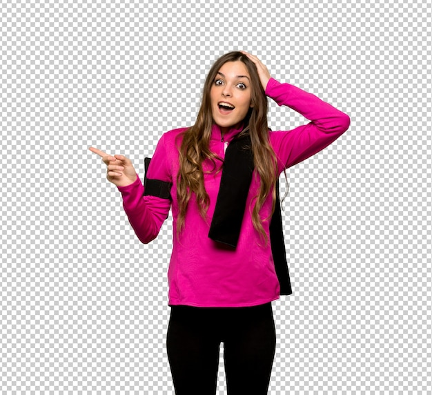 Junge sportfrau, die finger auf die seite zeigt und ein produkt darstellt Premium PSD