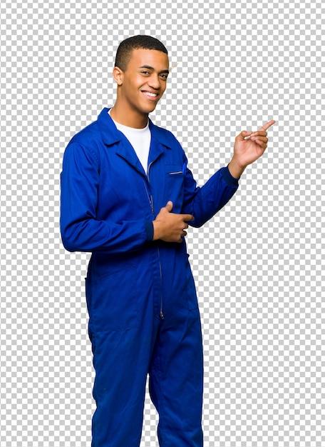 Junger afroamerikanischer arbeitskraftmann, der finger auf die seite in seitlicher position zeigt Premium PSD
