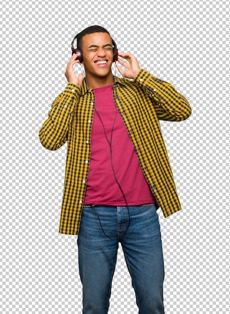 Junger afroamerikanischer mann, der musik mit kopfhörern hört Premium PSD