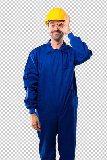 Junger arbeiter mit sturzhelm macht lustiges und verrücktes gesichtsgefühl Premium PSD