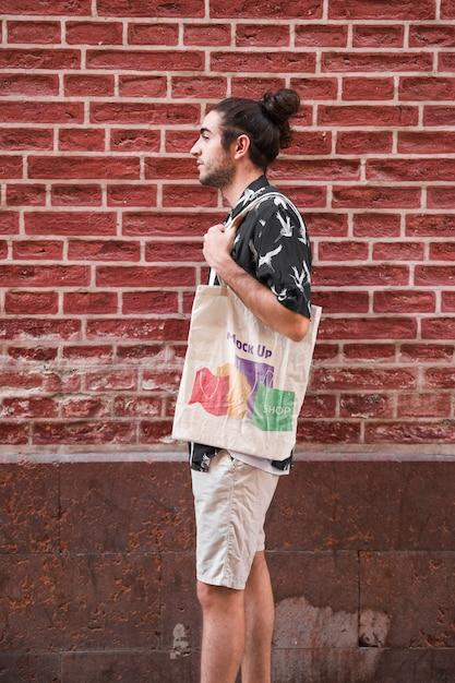 Junger mann mit taschenmodell Kostenlosen PSD