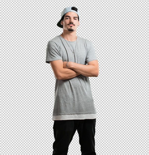 Junger rappermann, der seine arme kreuzt, ernst und imponierend, überzeugt sich fühlt und energie zeigt Premium PSD