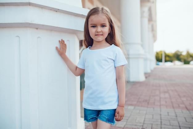 Junges niedliches kind, das ein hemdmodell trägt Premium PSD