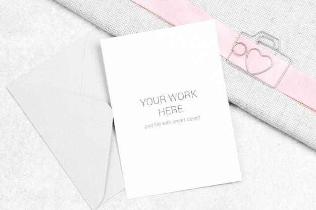 Kartenmodell mit clip und umschlag Premium PSD