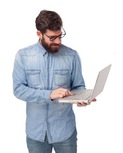 Konzentrierte teenager mit seinem laptop Kostenlosen PSD