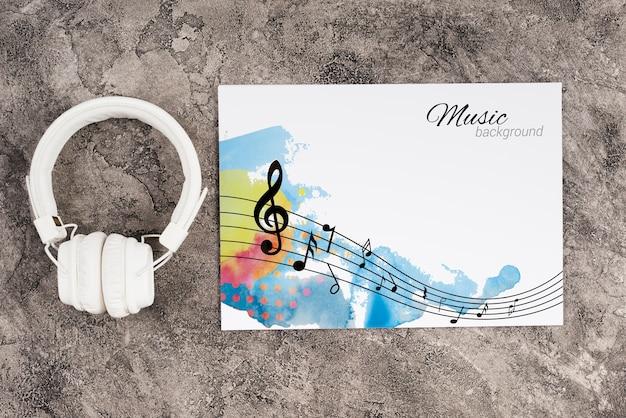 Kopfhörer neben blatt mit musikkonzept Kostenlosen PSD