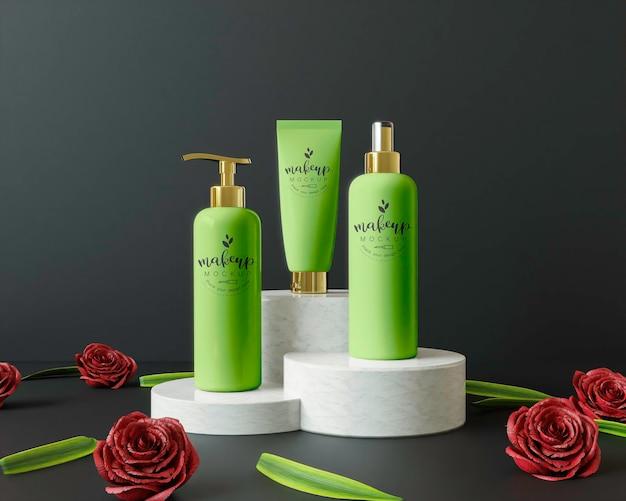 Kosmetische produkte auf einem podium mit blumen Kostenlosen PSD