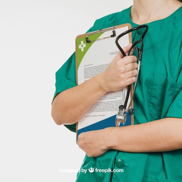 Krankenschwester hält dokument und stethoskop Kostenlosen PSD