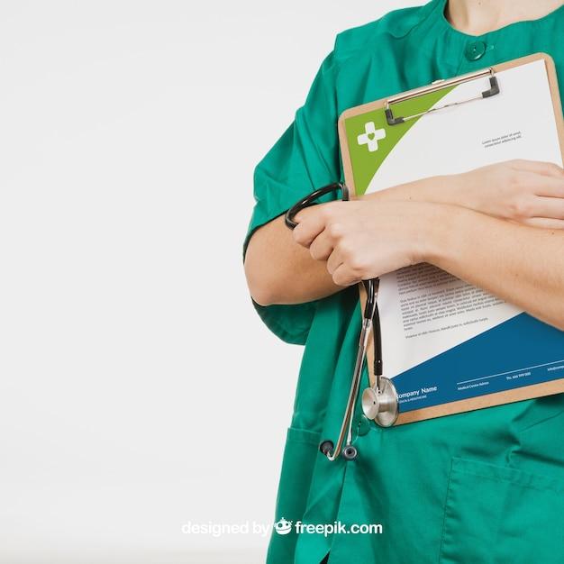 Krankenschwester hält vorstand mit dokument Kostenlosen PSD